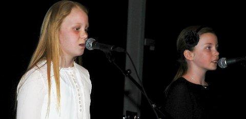 SANG: Hannah Storbukås og Nea Pernille Vrålstad sang «Ho Hey» av The Lumineers. De ble akkompagnert av Annika Westgaard.