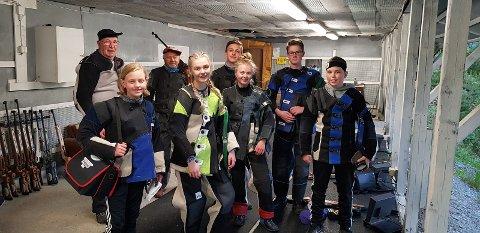 STEMNE: Her ser du nokre av skyttarane som deltok på lagsstemnet i Midthølen. (Foto: Privat).