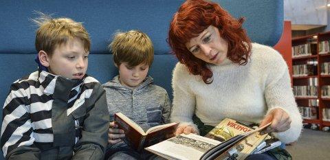 KONGSBERG BIBLIOTEK. Fra venstre: Leo Friis Saw, Noah Friis Saw og Kirsten Friis er ofte innom biblioteket på Krona.