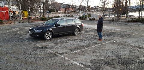 REKONSTRUKSJON: Anne Svånaug Blengsdalen dro tilbake til parkeringsplassen 1. juledag for en liten rekonstruksjon.  Bilen deres er parkert på samme sted hvor den sto på lillejulaften. Blengsdalen står der bilen som rygget på vår bil, sto.