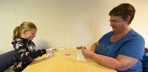 KORTSPILL: Mens de andre jondalsskytterne er i aksjon spiller Eline Kongsjorden (t.v.) kort med mormor og støttespiller Anne Grethe Mathisen. FOTO: OLE JOHN HOSTVEDT
