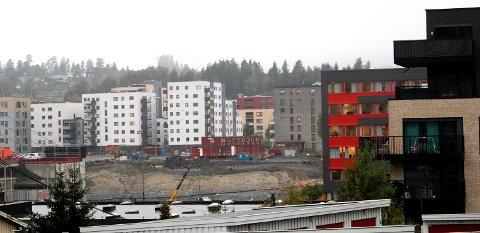 STORSTILT UTBYGGING: Det bygges og bygges i Lørenskog – som her i området rundt Skårersletta – likevel stiger bokostnadene med rundt sju prosent i året.