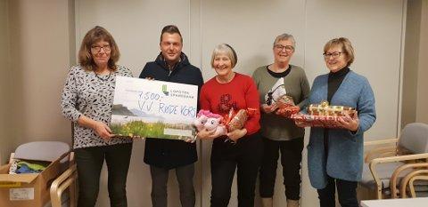 GLEDE: Thomas Elvebakk fra Lofoten Sparebank ga leder i Vestvågøy Røde Kors, Torunn Rønningen(tv) gavesjekken på 7.500. Det satte både hun og de andre ildsjelene i Vestvågøy Røde Kors stor pris på.