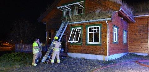 Det var stor røykutvikling i boligen i forbindelse med brannen. Brannvesenet måtte på et tidspunkt be alle naboer om å lukke vinduene.