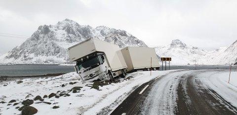 I Grytgarden mellom Valberg og Rolfsfjord kjørte vogntoget ut av veien.