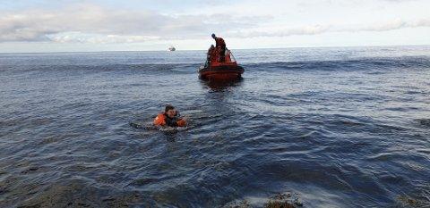 SVØMMETUR: Noen av mannskapet måtte ta seg en liten svømmetur for å få sekkene om bord.