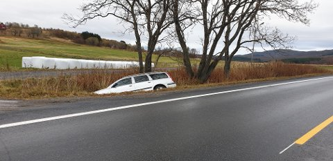 I grøfta: Denne bilen har kjørt i grøfta på Hagskarveien.