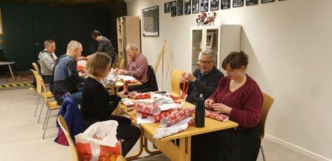 JULEGAVEAKSJON: Her er operasjon julegavepakking i full gang