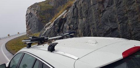 Kun deler av takstativet står igjen på Ainas bil etter sammenstøtet med usikret last fra motgående kjøretøy.