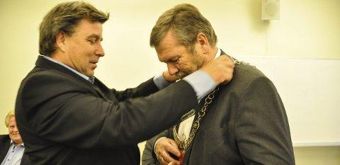 Kjedeskifte: John Ødbehr (H) går av etter et stormfullt år og Tom A. Ludvigsen (Ap) overtar ordførerkjedet. Ap er dermed i blokk med Bygdelista, SV, Sp og Venstre.