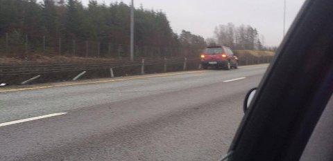 E6 ble stengt da en bil havnet i autovernet i Råde i ettermiddag.