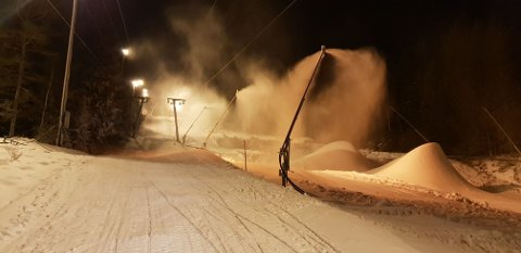 JOBBES PÅ SPRENG: Det jobbes på spreng for å legge nok snø i Middagsåsen til å kunne åpne for sesongen.