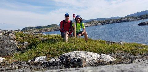 IVRIGE STOLPEJEGERE: Margrete Trebostad og Lars Børre Lien fra Namsos har fått sett mange nye steder etter at de slang seg på Stolpejakten. Her er de ute ved jettegrytene på Brakstad på Jøa.
