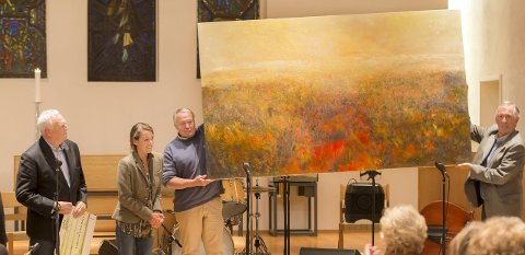 GaV maleri: Marianne Leegard med sitt maleri som ble overrakt Espen Feilberg Jacobsen. Odd Solheim til høyre. Foto: Erik Jansen