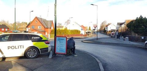 Her har politiet trafikkontroll. Mannene i boblejakke er politimann med radar.