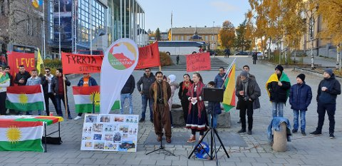 PROTEST: Styremedlem i Solidaritet med Kurdistan Serias Nadimi taler på Stortorget foran omlag 100 protestanter lørdag formiddag.