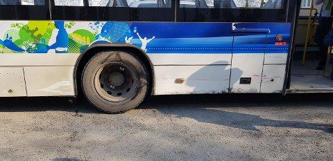 MINDRE SKADER: Slik så siden på bussen ut etter sammenstøtet.