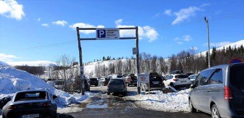 POPULÆRT: Utfartsparkeringen i Håkøybotn er ofte stappfull på dager som i helga som var.