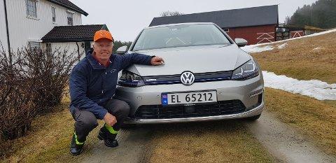 BETYDELIG ØKNING: Det har vært en betydelig økning av både elbiler og ladbare hybrider i Gjøvik første halvår i år, opplyser Jørgen Erik Galtestad fra Biri, som er styremedlem i Mjøsen og omegn elbilforening. Her er han avbildet med sin VolVolkswagen e-Golf.