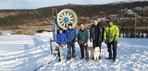 LAGER SNØ: Disse karene har sørget for at du kan få stå på ski i Valdres Alpinsenter fra lørdag. Mads Børgesen, Rasmus Eriksen, Henrik Grøndalen, Magnus Petersen og Petter Bakke Kulhuset.