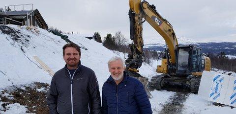ANSETTER FLERE: Daglig leder Svein Erik Ski (t.h.) og prosjektleder Jan Steinar Thanke i Vaset Utbyggingsselskap AS får snart en ny kollega. Foto: Vaset Utbyggingsselskap