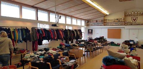 Klær, sykler, ski, fotballsko og masse annet tilbys på loppemarkedet til Vind IL
