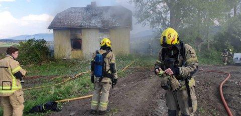 ØVELSE: Østre Toten brannvesen øver i Buruldguta på Krabyskogen onsdag ettermiddag og kveld.