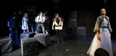 SPENNENDE: Linn-Anita Rustad (til høyre) spiller Den hvite heksa i Landet bak klesskapet. Sir Peter (med sverd), løven Aslan og de andre gode kreftene i riket tar opp kampen.ALLE FOTO: STIG PERSSON