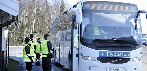Velkommen: Kontrollørene fra Statens vegvesen er hjertelig velkommen ombord i bussene som ble kontrollert på Støkken trafikkstasjon mandag.foto: Ole Kr. Trana