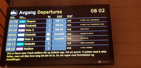 FORSINKELSER: Vår leser Bård Granerud tok dette bildet på stasjonen i dag. Det er altså problemer på morgenkvisten på Østfoldbanen.