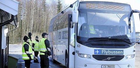 VELKOMMEN: Kontrollørene fra Statens vegvesen var hjertelig velkommen ombord i bussene som ble kontrollert på Støkken trafikkstasjon i fjor.