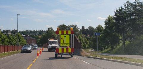 STENGT KJØREFELT: På grunn av malearbeid er kjørefeltet i Åsveien inn til Ski sentrum stengt.