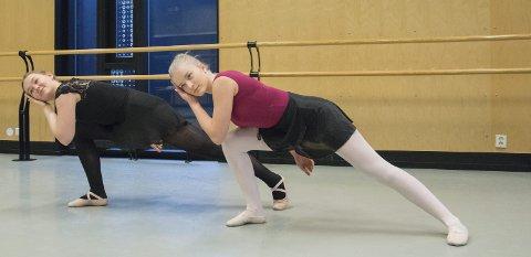 HEKTISK: Danseelevene Nora Bjørvik Jensen og Lotta Asmyhr har hatt et hektisk halvår med mye trening gjennom danseprosjektet «På tå hev».foto: Stine Indahl