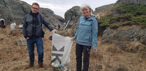 MYE SØPPEL: I en bukt utenfor Nevlunghavn hadde det hopet seg opp med mye søppel. Det ble funnet plastflasker, fiskeutstyr, planker og alt mulig rart. Flere titalls sekker ble fylt opp av Naturvernforbundet sine medlemmer. Fra venstre: Leder for Naturvernforbundet i Larvik, Anders Mæland, og leder for Kystlotteriet i Vestfold, Brith Larsen.