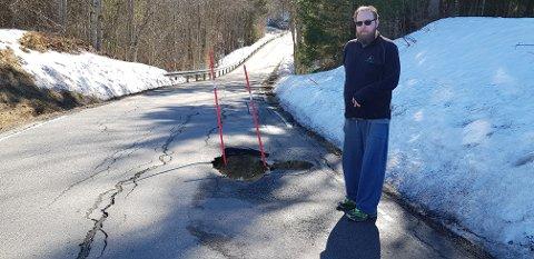 SYNKEHULL: I Hedrumveien i Hvarnes ligger det dype synkehull urørt, og den blir stadig dypere og størrre. I over ett år har hullet ligget der uten at noen har fått fikset det, i følge Jon Anders Wirgenes.  Nå er det satt på to staver for å hindre at folk skal kjøre over hullet og ødelegge bilene sine.
