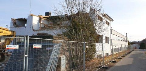 I disse dager rives bygget nederst i Ørsnesalleen.