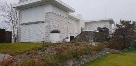 Her er fritidseiendommen på Gryteskjær som eies av Hermine Midelfart og Peter Malling. De er ikke enige i den lange lista med avvik som Færder kommune mener å ha funnet.
