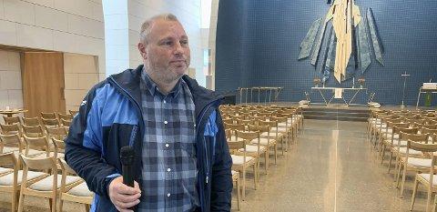 HJALP IKKE: Samme hva kirketjener Oddgeir Bjørk gjorde, så kom det ikke lyd i det infrarøde systemet.