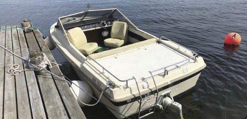 Etterlyser: Politiet etterlyser eieren av denne båten. Den ble funnet på fjorden og lagt til en privat brygge på Eikstrand.
