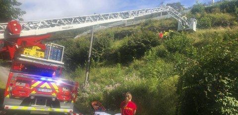 Stigebilen: Brannvesenet måtte bruke stigebilen for å komme til den skadde mannen i Langesund fredag.