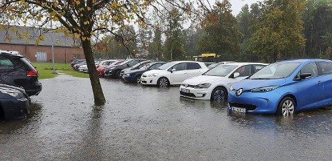 MYE NEDBØR: Parkeringa ved Stridsklevhallen sto delvis under vann fredag ettermiddag. Foto: Merete Norendal Mørck