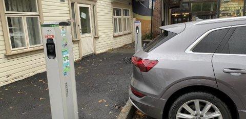 SKILTER OM: Snart må du lade hvis du skal sette fra deg elbilen din her.