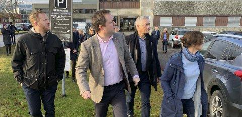 PÅ HUGGET: Robin Kåss med bestemte skritt mot området på Kjølnes som er satt av til utvidelse av Campus Kjølnes.