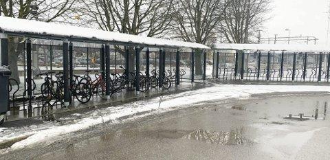SKIFTES UT: Sykkelparkeringa ved jernbanestasjonen skal skiftes ut med ny og sikrere løsning.