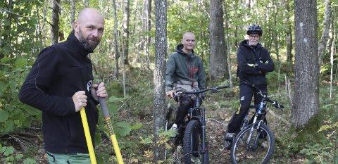 SKJER NOE: Thomas Fjeldstad, Joakim Bakke og Odd Kåre Skaug i terrenget på Kirketoppen. Nå kan det bli terrengsykkelløyper der.