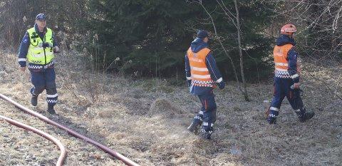 Meter på meter: Sivilforsvaret var på plass og hjalp til med å rulle ut 1700 meter med vannslanger.