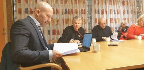 Atle Hiller (nr. 2 f.v.) og Kjell Mjelle (nr. 3 f.v.) var de to som ba om et ekstraordinært møte for å behandle RAVO-saken, der rådmannen og kommunaldirektøren for oppvekst og kultur beskyldes for brudd på deleringsreglementet, kommuneloven og opplæringsloven. Ved møtets begynnelse ble de kjent inhabile. T.v. Martin Bråteng, i bakgrunnen ses Mjelles varamedlem Sissel B. Jensen.