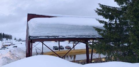 Så mye snø lå det på sørvestsiden av is- og tennishallen etter at hallen nesten kollapset i slutten av mars i fjor.-