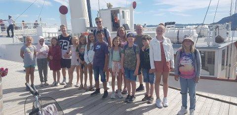 Skibladnertur: De eldste på SFO på Kirkenær skole og fire voksne venter her spent på båtturen på Mjøsa.