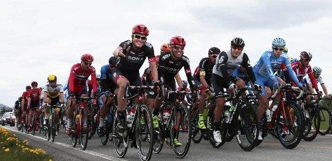 Lukas Pöstleberger viste v-tegnet idet de passerte Sande. Tour of Norway startet onsdag, der første etappe i sykkelrittet gikk fra Drammen til Langesund.